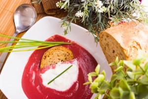 Zuppa di rapa rossa con stracciatella